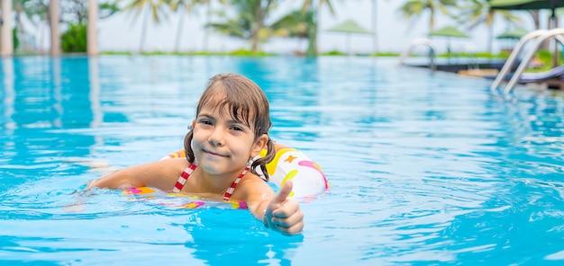 Latem dziecko pływa w basenie
