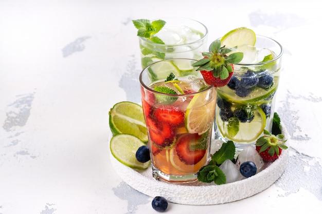 Lato domowej roboty lemoniada owoców i jagód