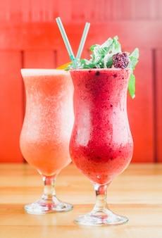 Lato jagod czerwony smoothie w szklanym zakończeniu up