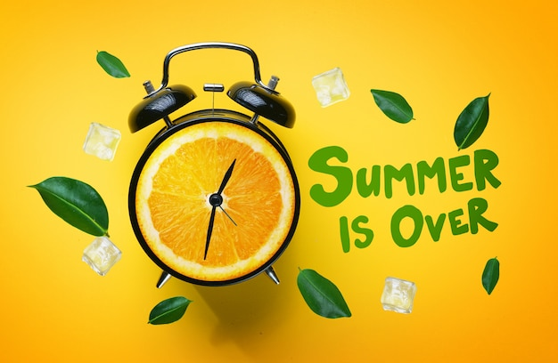 Lato jest ponad typografią. budzik z owocowych zielonych liści pomarańczy