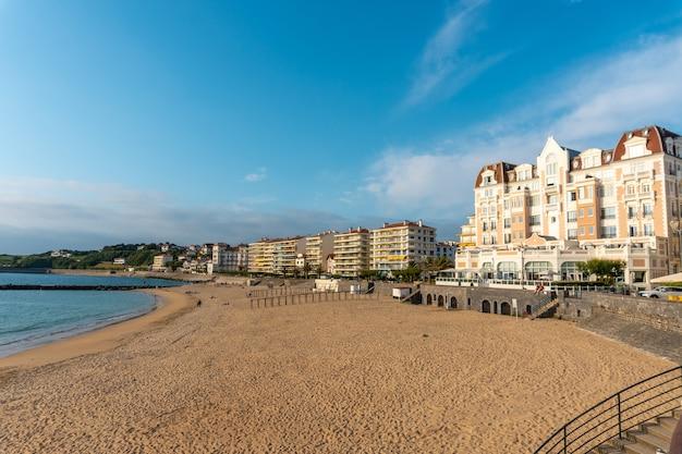 Lato na grande plage w saint jean de luz, wakacje na południu francji, francuski kraj basków