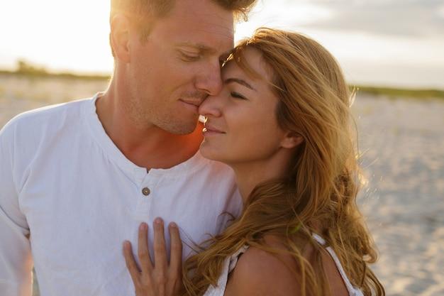Lato na zewnątrz portret zbliżenie młoda piękna stylowa para na plaży.