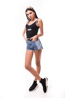 Lato nastoletnia kobieta w krótkich niebieskich dżinsach i czarnej koszula odizolowywających