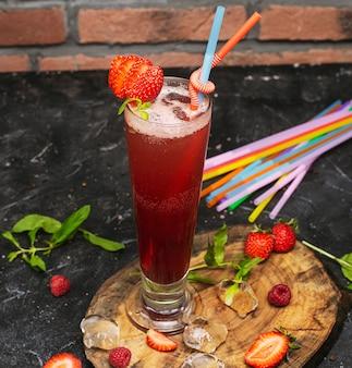 Lato orzeźwiający napój zdrowy, koktajl truskawkowy lub świeży z miętą na drewnianym