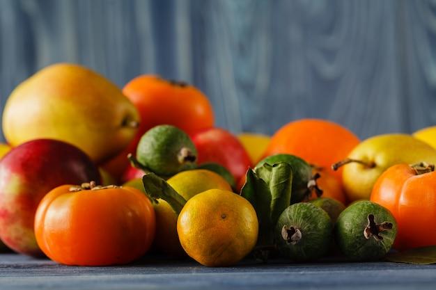 Lato rama z świeżymi organicznie warzywami i owoc na drewnianym tle