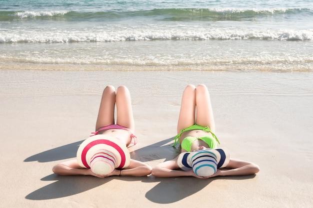 Lato stylu życia młoda kobieta relaksuje na plaży.