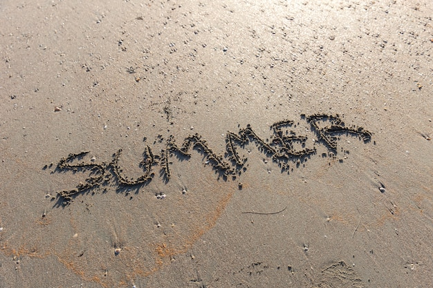 Lato teksta słowo na piaska morza plaży