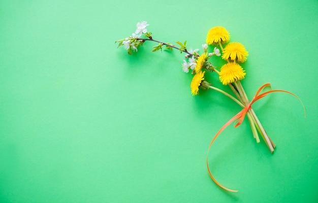 Lato tło z bukietem żółtych kwiatów mniszka lekarskiego na zielono