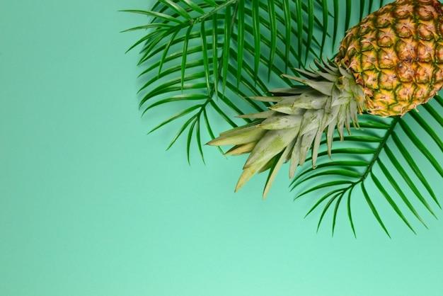 Lato tło z kapeluszem i ananasem. skopiuj miejsce.