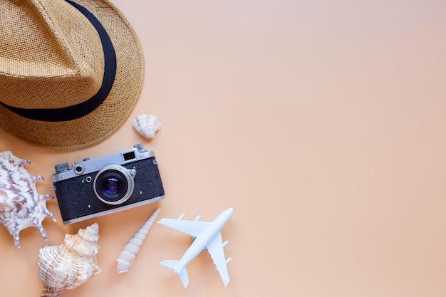 Lato w tle model samolotu aparat słońce kapelusz muszle