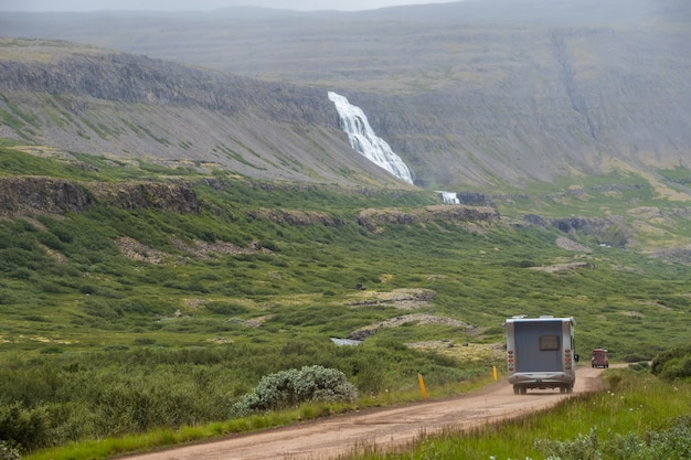 Lato, widok samochodu kempingowego idzie do wodospadu dynjandi