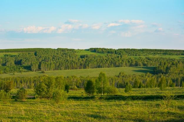 Lato zmierzch nad pięknym zielonych wzgórzy krajobrazem