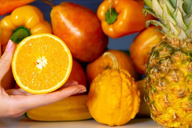 Lato żółty zdrowy organiczny przeciwutleniacz pomarańczowy, warzywa warzywa i owoce: pieprz, dynia, gruszka pomarańczowy jako symbol zdrowego odżywiania, diety i stylu życia. lodówka wegańska. koncepcja wegetariańska i surowa