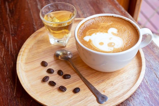 Latte art w białym szkle