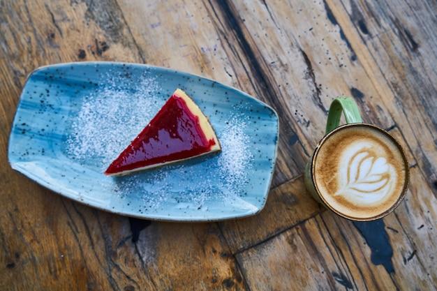 Latte kawa i sernik na stole