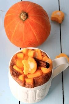 Latte smoothie z dyni i przyprawami z pianką marshmallow jesień zima gorący napój