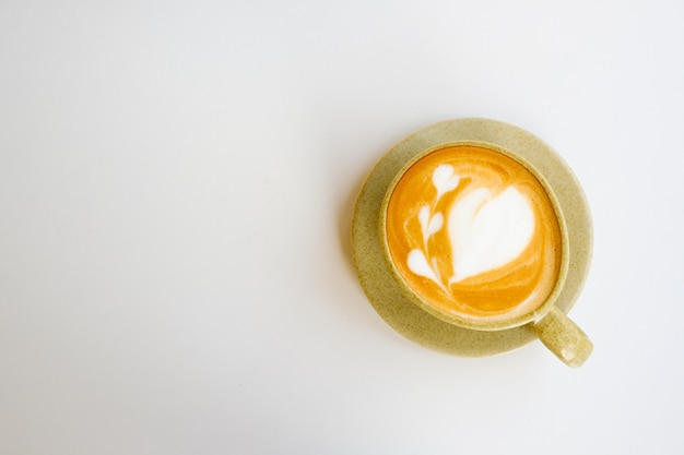 Latte sztuka w filiżance na białym tle, kopii przestrzeni i odgórnym widoku