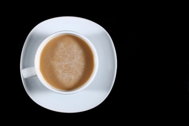 Latte w białej filiżance na ciemno