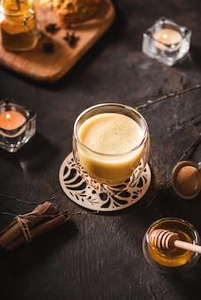 Latte z kurkumą na ciemnym tle