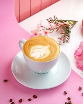 Latte z mlekiem na parze w filiżance