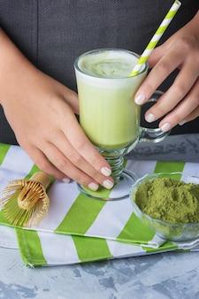 Latte z zielonej herbaty matcha i mleka sojowego z bliska. napój wegetariański
