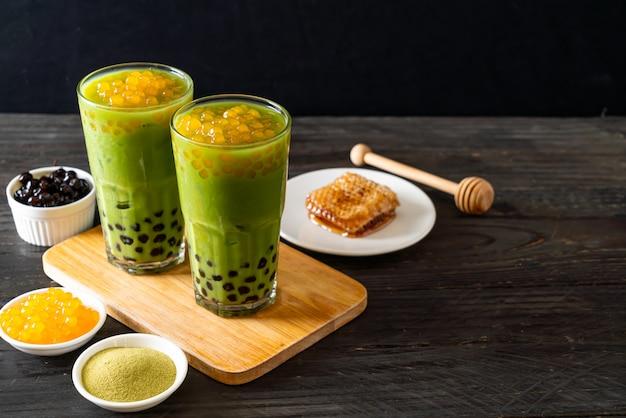 Latte zielona herbata z bąbelkami i bąbelkami miodu