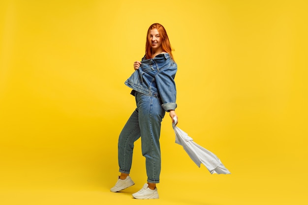 Łatwiej jest być naśladowcą. pranie szybciej, jeśli to tylko jedna koszula. portret kobiety kaukaski na żółtym tle. piękny czerwony model włosów. pojęcie ludzkich emocji, wyraz twarzy, sprzedaż, reklama.