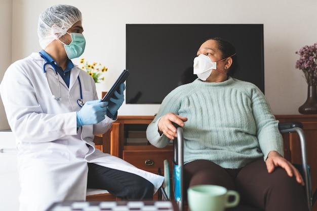 Latynoamerykański lekarz sprawdza pacjenta zarażonego covid-19 w domu.