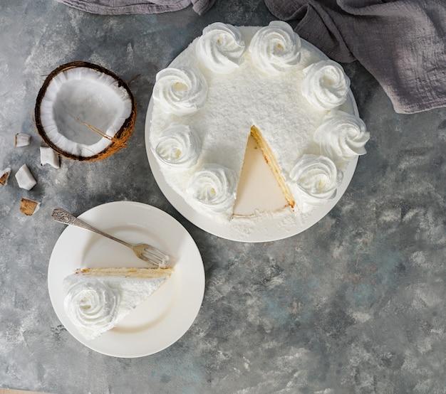 Latynoamerykańskie jedzenie, tort kokosowy, torta lub pastel de coco, typowe ciasto kolumbijskie, widok z góry