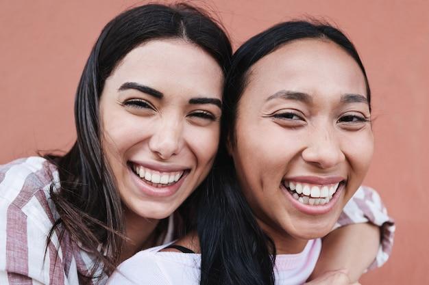 Latynoscy przyjaciele bawią się razem na świeżym powietrzu w mieście - główny nacisk kładziony jest na właściwą dziewczynę