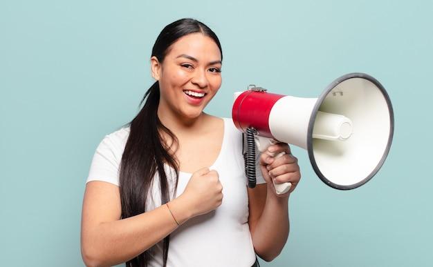 Latynoska kobieta czuje się szczęśliwa, pozytywna i odnosząca sukcesy, zmotywowana, gdy staje przed wyzwaniem lub świętuje dobre wyniki