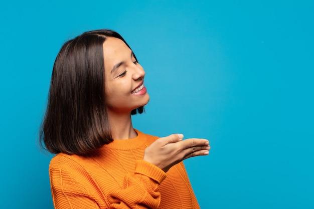 Latynoska kobieta uśmiecha się, wita i oferuje uścisk dłoni, aby zamknąć udaną transakcję, koncepcja współpracy