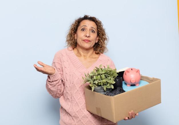 Latynoska kobieta w średnim wieku czująca się zdziwiona i zdezorientowana, wątpiąca, ważąca lub wybierając różne opcje z zabawnym wyrazem twarzy