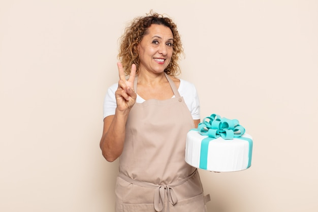 Latynoska kobieta w średnim wieku uśmiechnięta i wyglądająca przyjaźnie