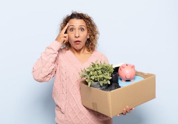 Latynoska kobieta w średnim wieku wyglądająca na zaskoczoną, z otwartymi ustami, zszokowaną, realizującą nową myśl, pomysł lub koncepcję
