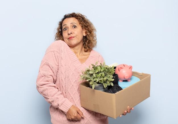 Latynoska kobieta w średnim wieku wzrusza ramionami, czuje się zdezorientowana i niepewna