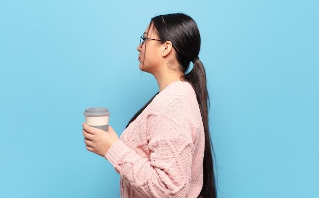 Latynoska kobieta w widoku profilu, która chce skopiować przestrzeń przed siebie, myśleć, wyobrażać sobie lub marzyć