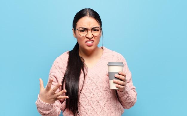 Latynoska kobieta wyglądająca na wściekłą, zirytowaną i sfrustrowaną krzyczącą wtf lub co jest z tobą nie tak