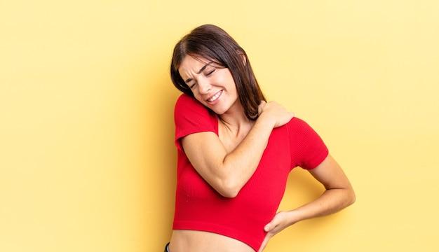 Latynoska ładna kobieta czuje się zmęczona, zestresowana, niespokojna, sfrustrowana i przygnębiona, cierpi z powodu bólu pleców lub szyi