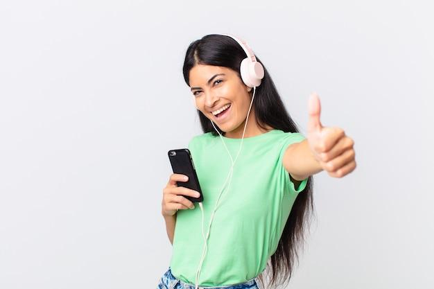 Latynoska ładna kobieta ze słuchawkami i smartfonem