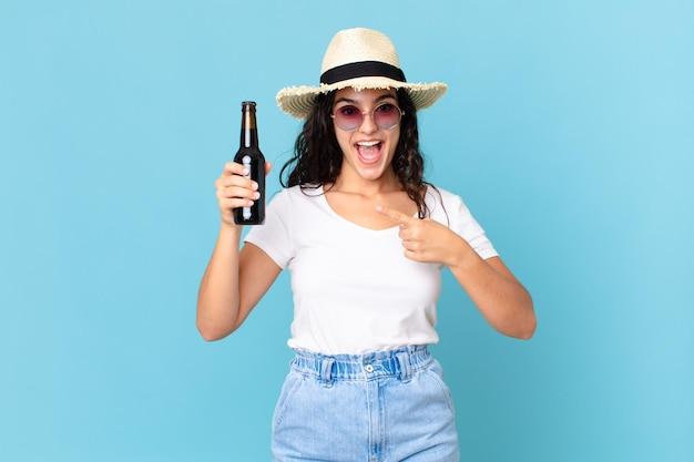Latynoska ładna podróżniczka z butelką piwa
