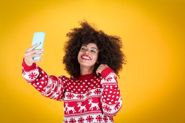 Latynoska latynoska kobieta, w świątecznym selfie żółtym tle