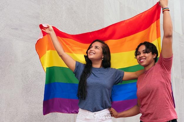 Latynoska lesbijka bawi się na ulicy. koncepcja lgbt