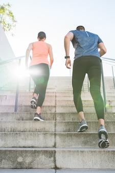 Latynoska para biega lub jogging wpólnie outdoors.