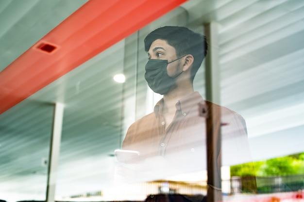 Latynoski mężczyzna patrzący przez szkło