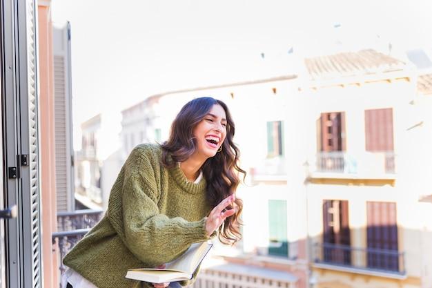 Laughing kobieta z książką