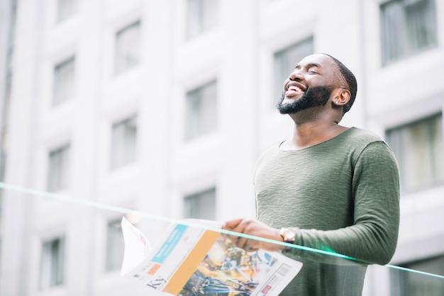 Laughing man czytanie gazety