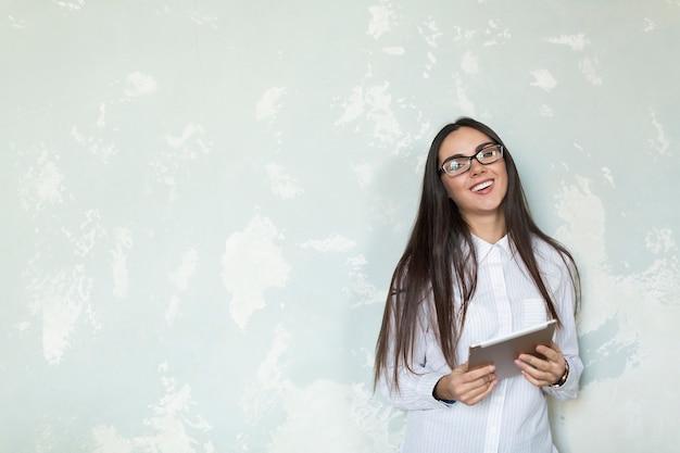 Laughing młoda dziewczyna z tabletem