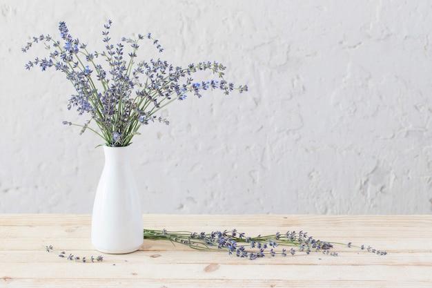 Lawenda w białej wazonie na drewnianym stole