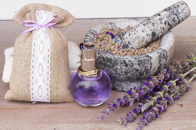 Lawenda ziołowa woda w szklanej butelce ze świeżych i suchych kwiatów na stole